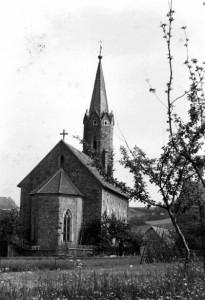 Kirche von hinten ohne Baumbewuchs