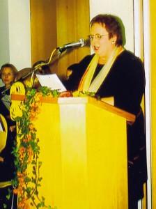 Birgit Hommel (damalige Ortsvorsteherin) bei der Einweihung in 2002