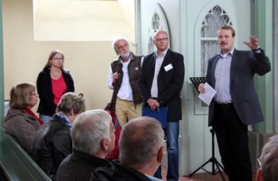Die Berwertungskommission mit Pfarrer Klaus in der Kirche